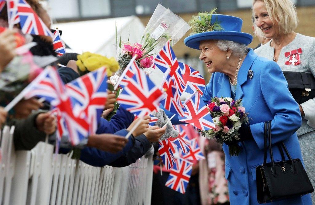 Dans cette photo d'archive prise en octobre 2019, la reine Elizabeth II salue la foule lors d'une visite au Haig Housing Trust à Morden, au sud-ouest de Londres. Elizabeth II fête ses 95 ans ce mercredi 21 avril.