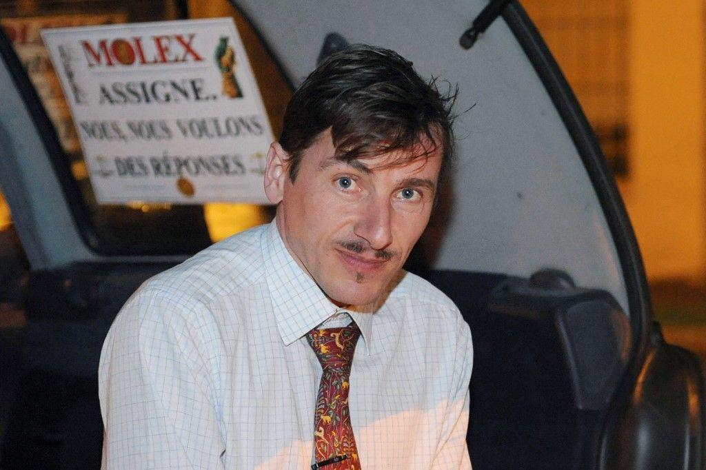 """Rémy Daillet participe à une """"Greve du Froid"""" devant l'usine Molex de Villemur-sur-Tarn, pour protester, le 2 février 2009, contre la fermeture du site du constructeur de pièces automobiles."""