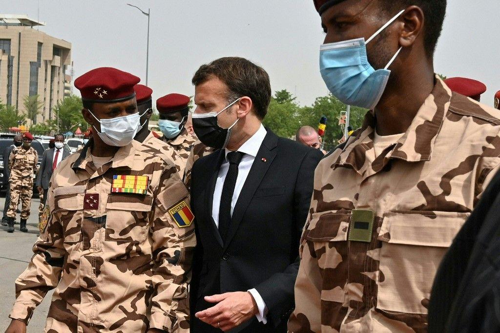 Le président français Emmanuel Macron et le général Mahamat Idriss Deby (fils du président tchadien) assistent aux funérailles nationales d'Idriss Deby à N'Djaména le 23 avril 2021.