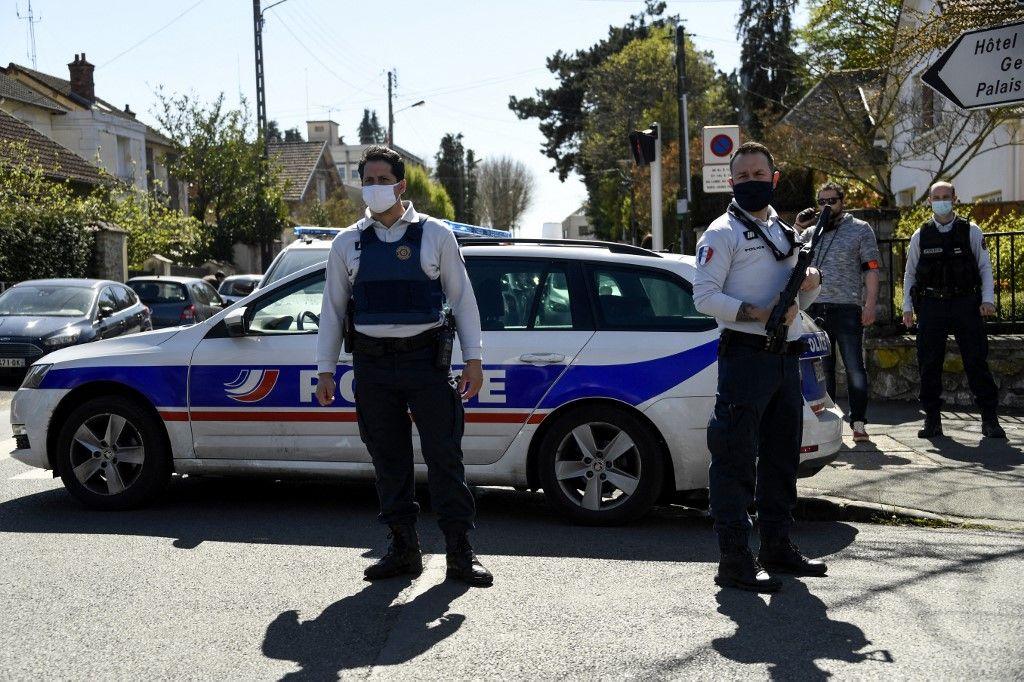 Des policiers près du commissariat à Rambouillet où une fonctionnaire de police a été poignardée.