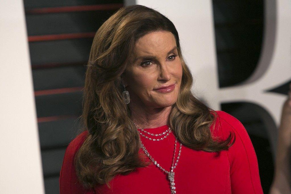 Caitlyn Jenner pose alors qu'elle arrive à la Vanity Fair Oscar Party à Beverly Hills, en Californie.