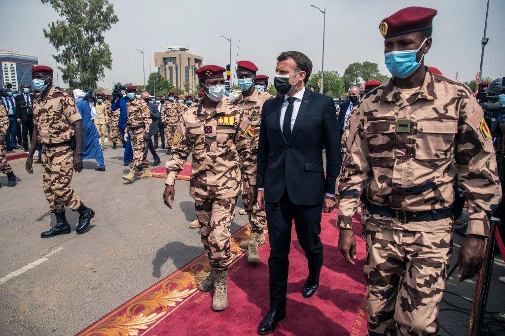 Le président français Emmanuel Macron et Mahamat Idriss Deby arrivent pour les funérailles d'État du président tchadien Idriss Deby à N'Djamena, le 23 avril 2021.