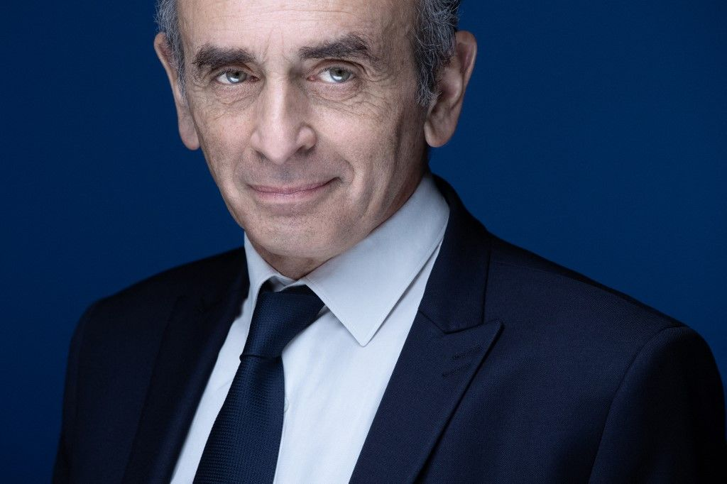 Eric Zemmour pose lors d'une séance photo à Paris le 22 avril 2021.