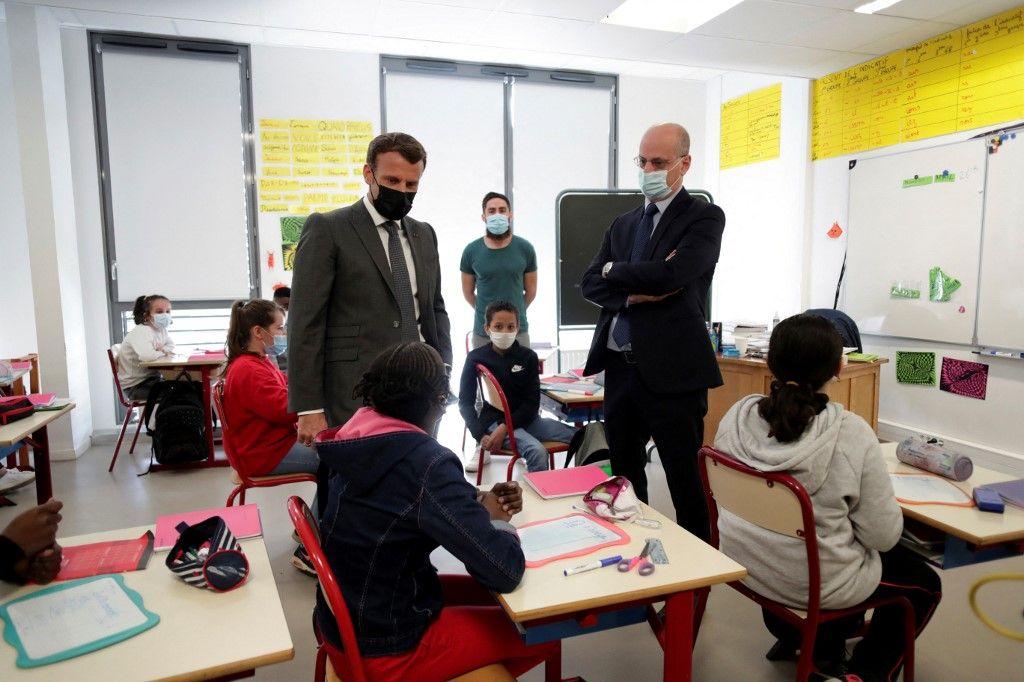 Emmanuel Macron et Jean-Michel Blanquer lors d'une visite dans une école primaire de Melun, le 26 avril 2021, à l'occasion de la réouverture des écoles après trois semaines de fermeture.
