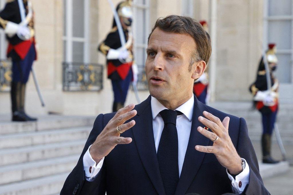 Emmanuel Macron s'adresse aux journalistes depuis l'Elysée.
