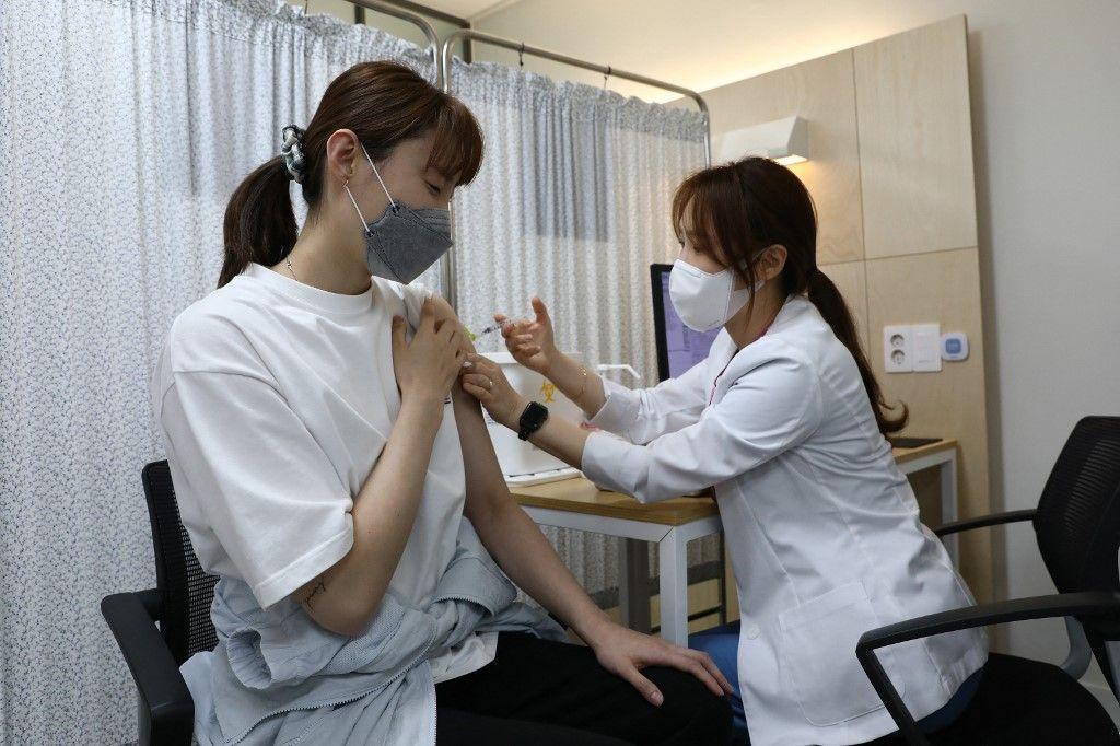 Un membre de l'équipe olympique sud-coréenne de volley-ball reçoit la première dose du vaccin contre le Covid-19 lors d'un programme de vaccination à Séoul le 29 avril 2021.