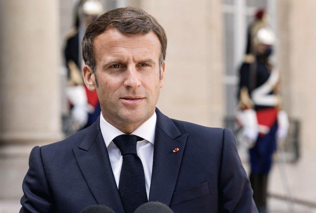 Le président Emmanuel Macron s'adresse à la presse depuis l'Elysée avant un déjeuner de travail avec le Premier ministre slovène le 29 avril 2021.