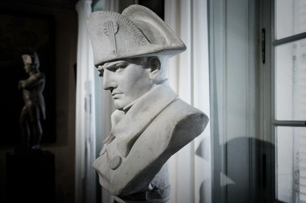 La photographie d'un buste de l'empereur Napoléon Ier dans le musée qui lui est dédié à l'Ile-d'Aix où l'empereur a vécu du 8 au 15 juillet 1815 avant de quitter définitivement la France.