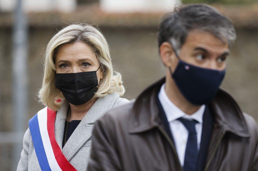 La présidente du Rassemblement national, Marine Le Pen, et le premier secrétaire du Parti Socialiste, Olivier Faure, lors d'un hommage, le 30 avril 2021, à Stéphanie Monferé, la policière tuée à Rambouillet.