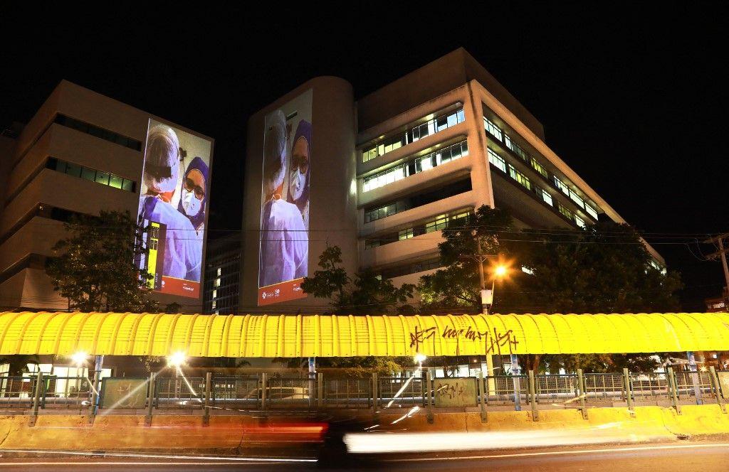 Une vue d'images de professionnels de santé projetées sur les murs d'un hôpital de Porto Alegre, au Brésil, le 30 avril 2021.