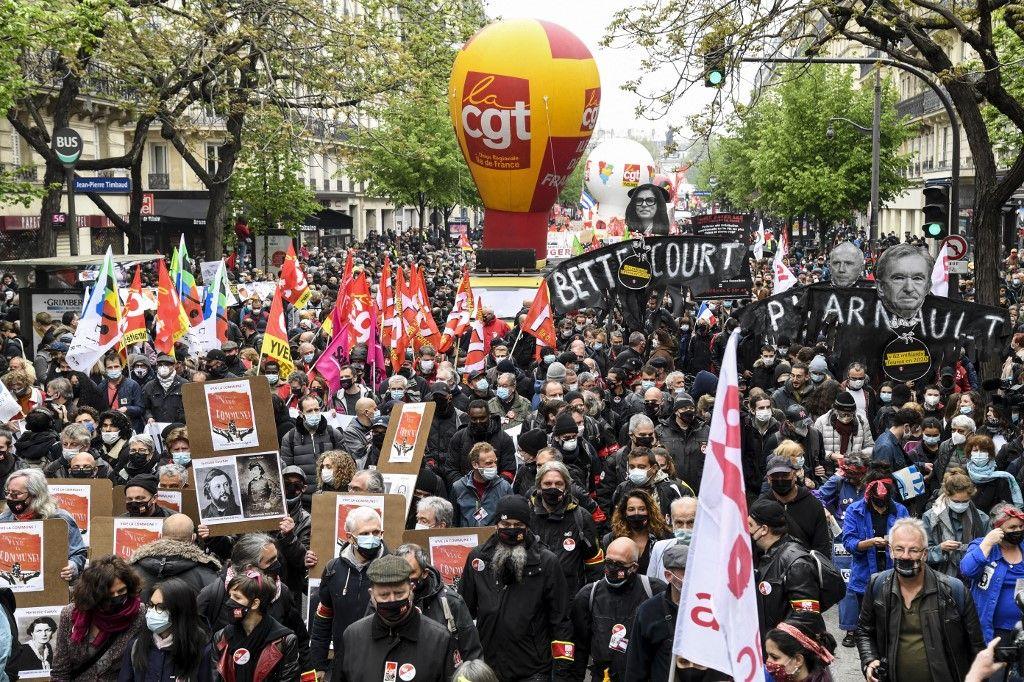 Les manifestants et les syndicats défilent lors de la manifestation annuelle des travailleurs du 1er mai à l'occasion de la Fête du travail, à Paris le 1er mai 2021.