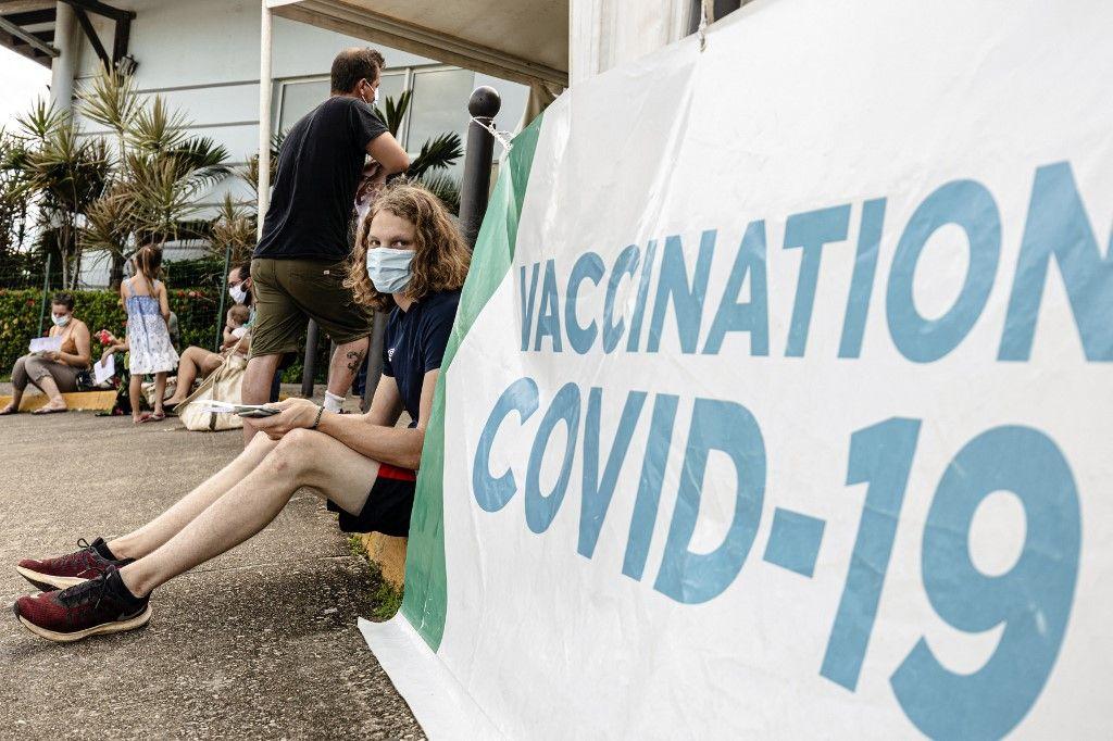 Devant un centre de vaccination contre la Covid-19 à Cayenne, en mai 2021.