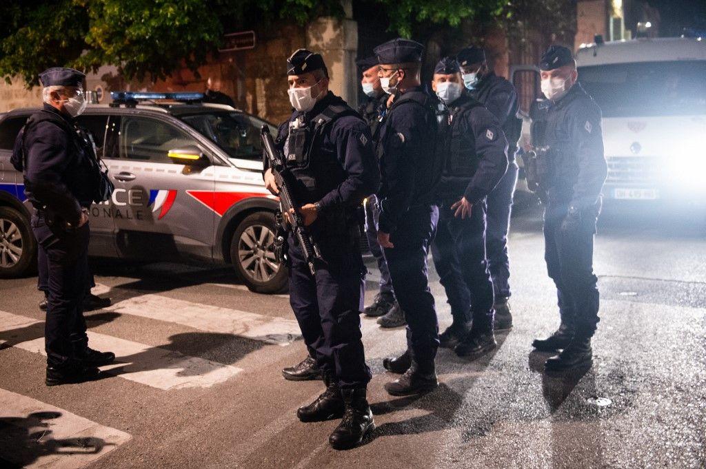 Des policiers sécurisent le site où un officier a été tué lors d'une opération anti-drogue à Avignon le 5 mai 2021.