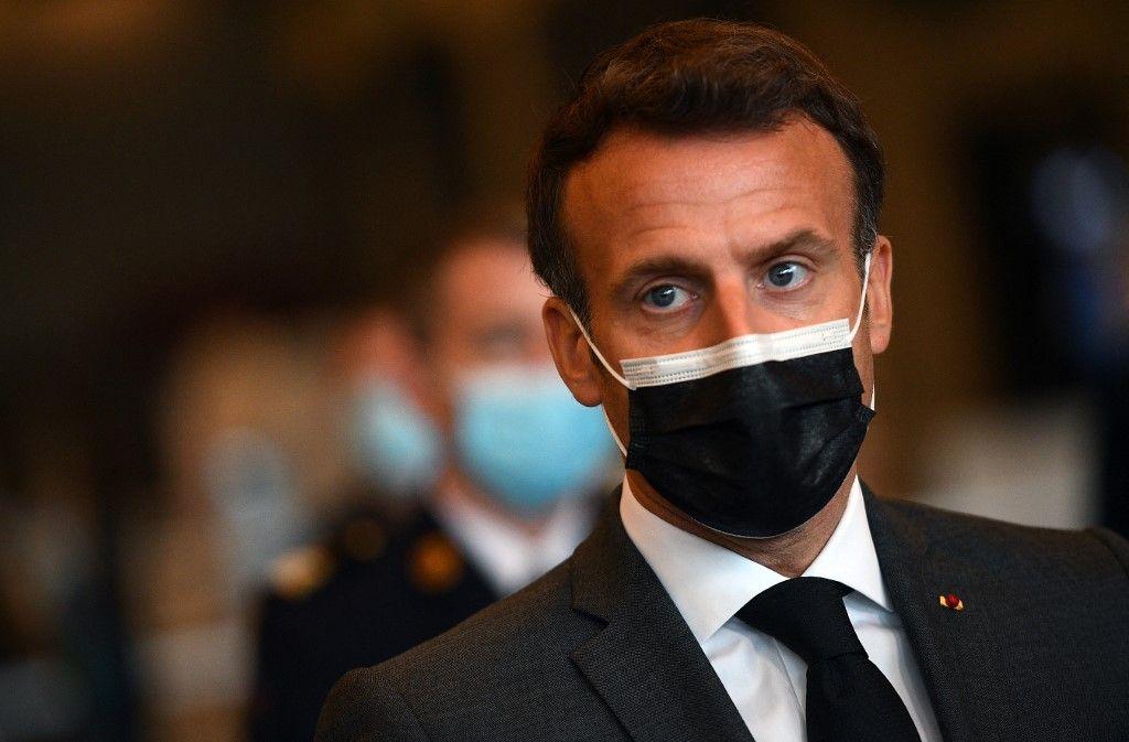 Le président Emmanuel Macron s'entretient avec la presse lors de sa visite d'un centre de vaccination contre le Covid-19 le 6 mai 2021.