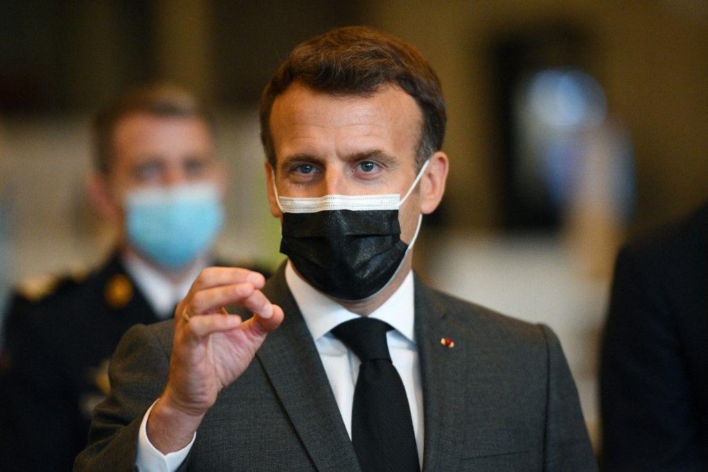 Le président Emmanuel Macron s'entretient avec la presse lors de sa visite d'un vaccinodrome à la Porte de Versailles à Paris le 6 mai 2021.