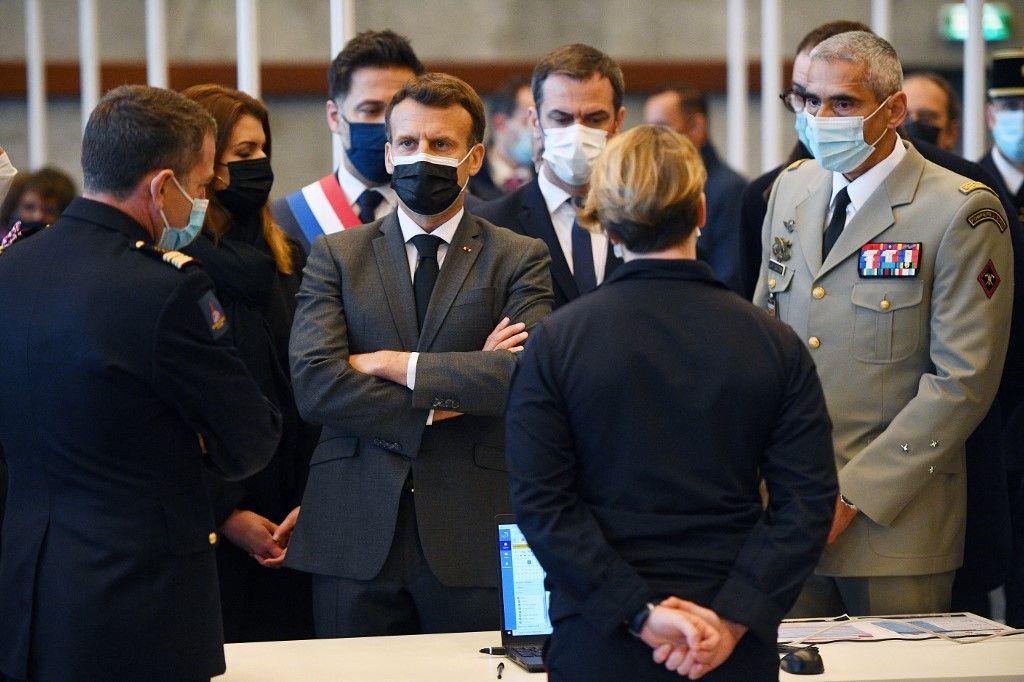 Emmanuel Macron dans un vaccinodrome