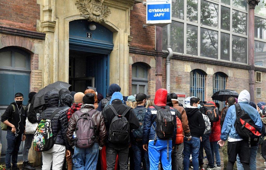 Un groupe de migrants à Paris, en mai 2021.