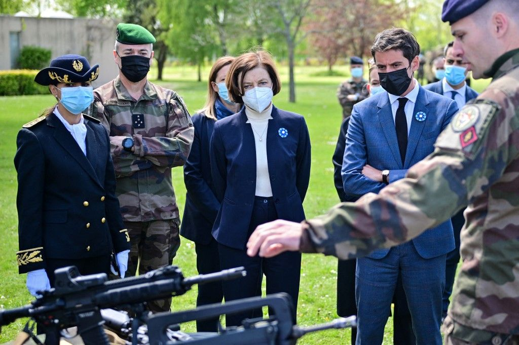 La ministre française de la Défense, Florence Parly, et le porte-parole du gouvernement, Gabriel Attal, lors d'une visite au camp militaire de Satory à Versailles-Satory, le 7 mai 2021.