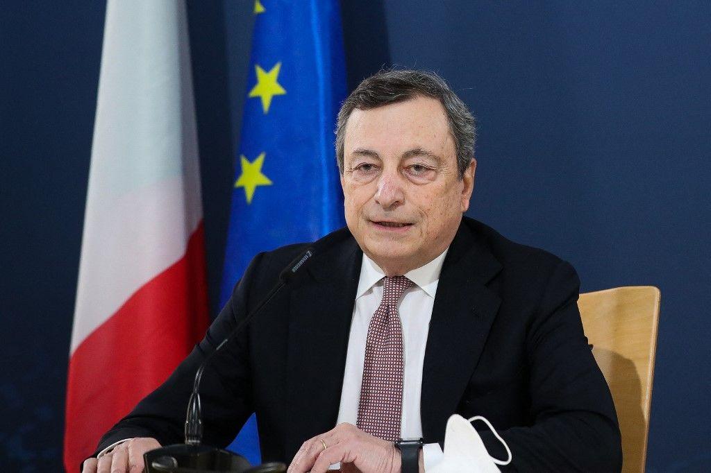 Le Premier ministre italien, Mario Draghi, donne une conférence de presse lors du Sommet social européen à Porto le 8 mai 2021.