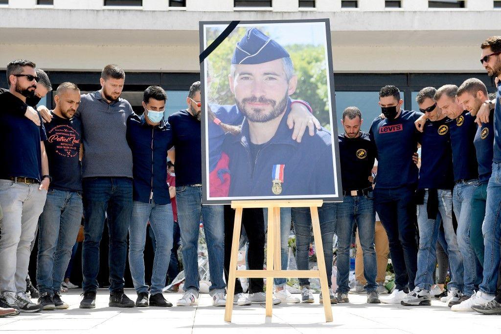 Des policiers rassemblés autour du portrait de leur collègue assassiné à Avignon, Eric Masson, au commissariat principal d'Avignon, le 9 mai 2021.