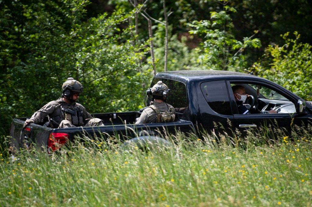 Des tireurs d'élite du GIGN sont assis à l'arrière d'une camionnette lors de la recherche d'un suspect qui a tué deux personnes dans une scierie près du village des Plantiers, dans la région des Cévennes.