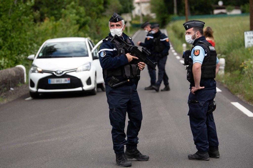 Des gendarmes contrôlent des véhicules lors de la recherche du fugitif qui a abattu deux personnes dans une scierie dans les Cévennes en mai 2021.