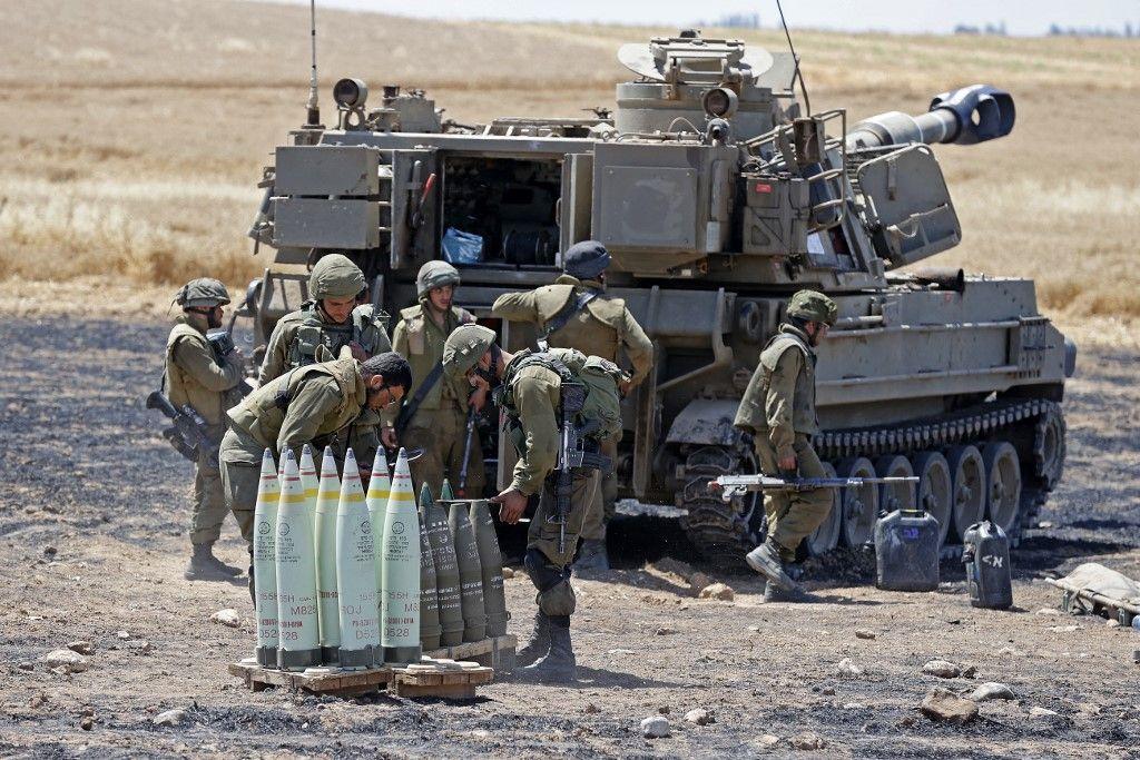 Des soldats israéliens se préparent à tirer des obus d'artillerie vers la bande de Gaza depuis leur position près de la ville de Sdérot, dans le sud d'Israël, le 14 mai 2021.