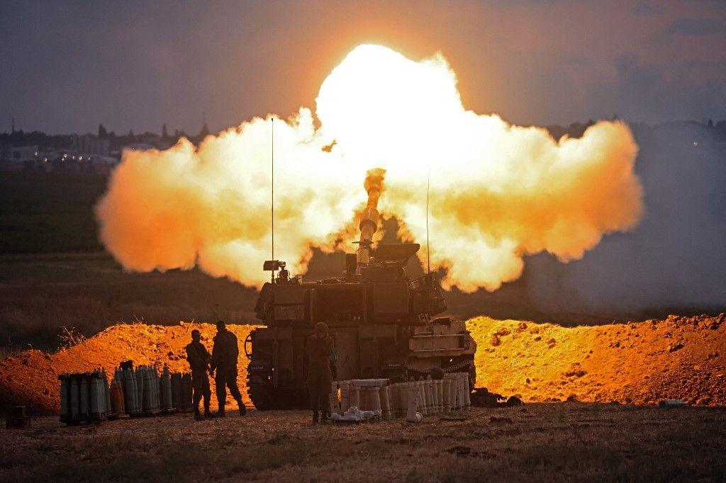 Des soldats israéliens ciblent des positions stratégiques du Hamas vers la bande de Gaza depuis leur position le long de la frontière avec l'enclave palestinienne, le 17 mai 2021.