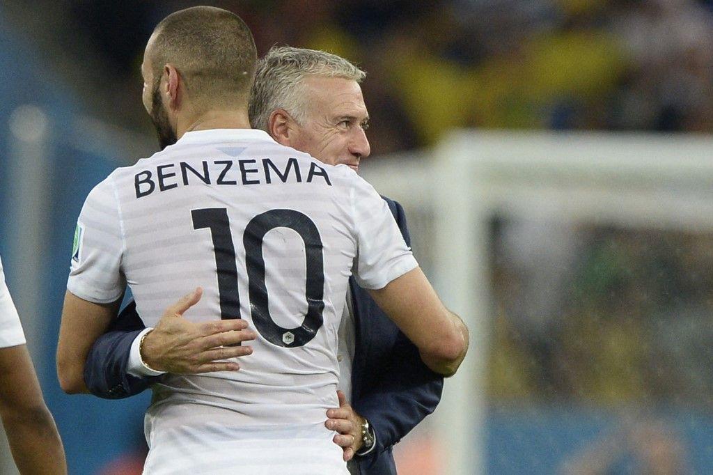 Le sélectionneur Didier Deschamps et l'attaquant français Karim Benzema après la rencontre entre la France et l'Equateur au stade Maracana de Rio lors de la Coupe du Monde de la FIFA 2014.