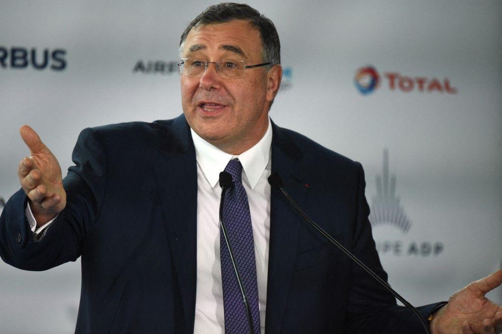 Le PDG de Total, Patrick Pouyanné, s'exprime lors d'une conférence de presse à l'aéroport de Roissy le 18 mai 2021 avant le décollage du premier avion long-courrier à réaction d'Air France alimenté au carburant durable d'aviation.