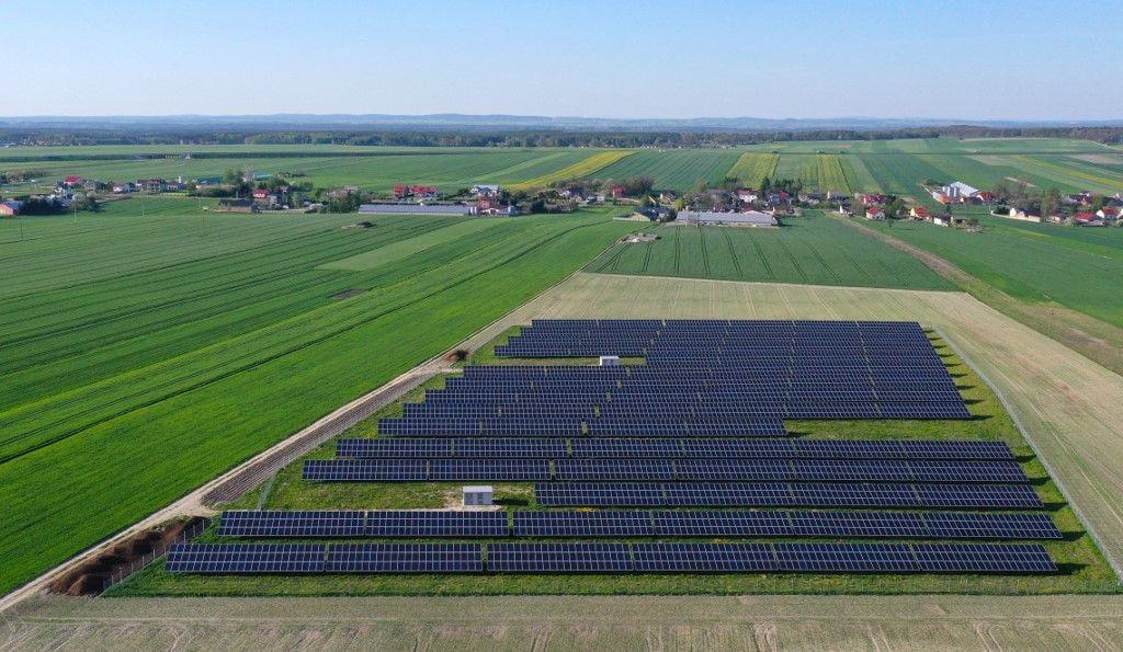 Les panneaux solaires de la ferme photovoltaïque de Columbus Energy à Jedrzejow, en Pologne, le 11 mai 2021.
