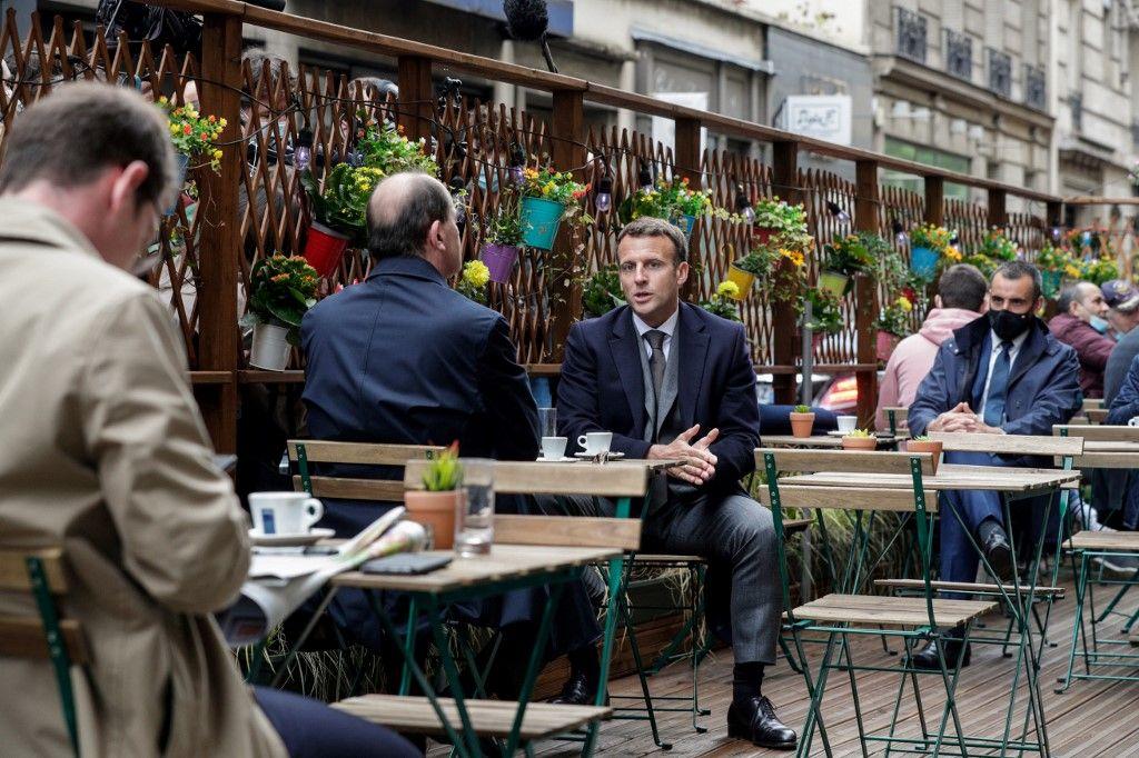 Le président Emmanuel Macron et le Premier ministre Jean Castex prennent un café à Paris le 19 mai 2021, le jour de la réouverture des terrasses des restaurants et des bars.
