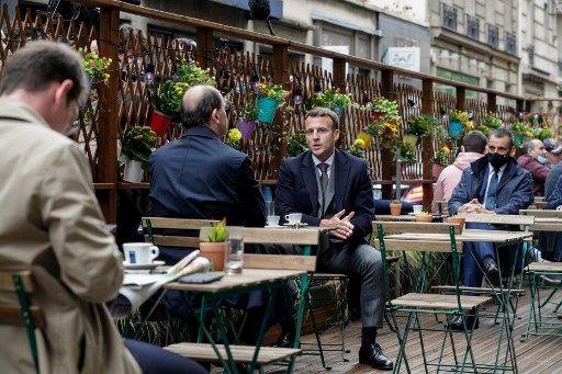 Emmanuel Macron et Jean Castex prenant un café le 19 mai, jour de réouverture des terrasses.