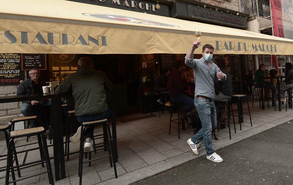 Un serveur sur la terrasse d'un bar à Biarritz, le 19 mai 2021, alors que les terrasses des restaurants et des bars rouvrent.
