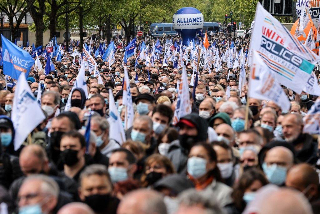Des policiers lors du rassemblement devant l'Assemblée nationale, à Paris, le 19 mai 2021.