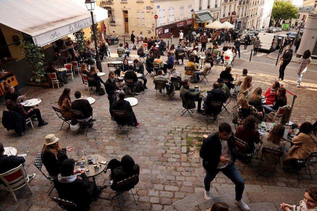 Des clients à la terrasse d'un café à Paris le 19 mai 2021.