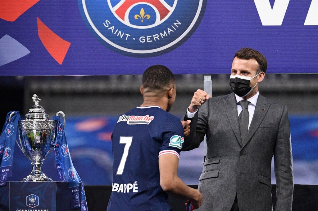 L'attaquant du Paris Saint-Germain, Kylian Mbappé, est félicité par le président français Emmanuel Macron après avoir remporté la finale de la Coupe de France, le 19 février 2021.