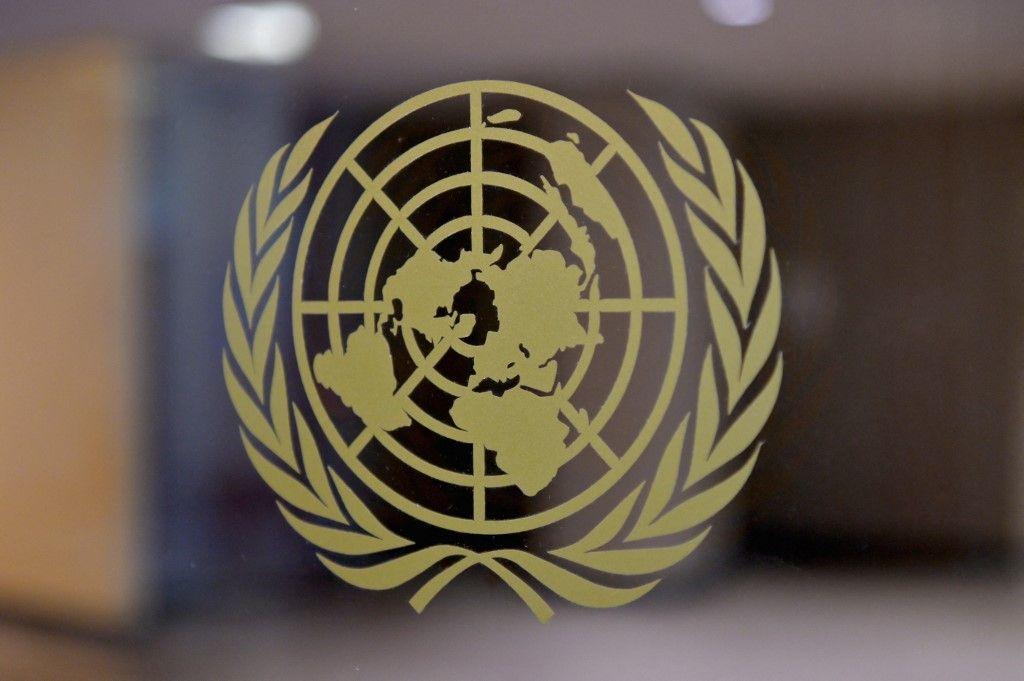 Le logo des Nations Unies est visible au siège de l'institution, le 20 mai 2021, à New York.