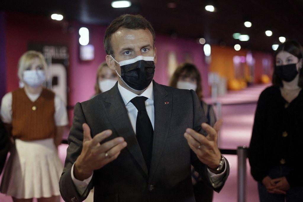 Le président Emmanuel Macron s'entretient avec des jeunes lors d'une visite pour marquer la réouverture des activités culturelles à Nevers, le 21 mai 2021.