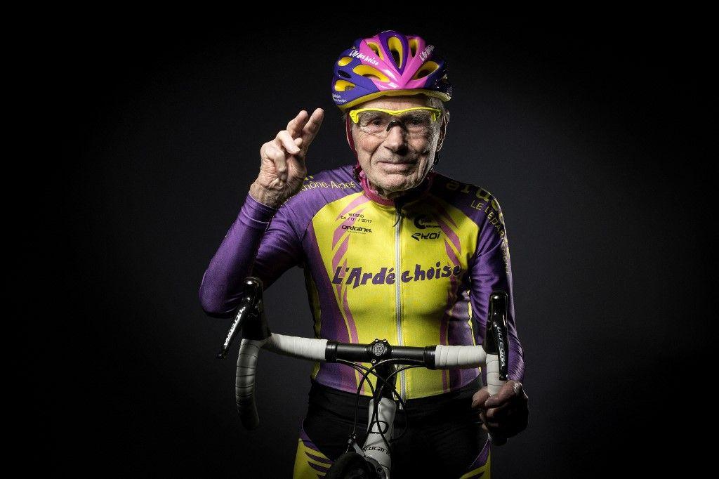 Le 5 janvier 2017, Robert Marchand pose lors d'une séance photo à Paris, un jour après avoir établi un nouveau record de cyclisme d'une heure pour son âge.