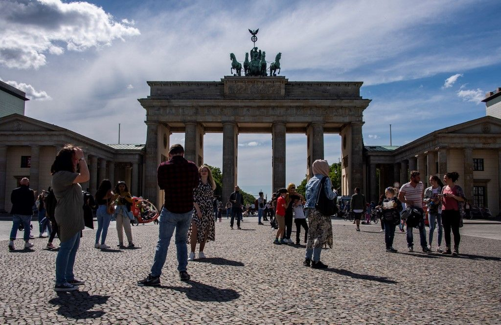 Des gens se rassemblent devant la porte de Brandebourg à Berlin le 24 mai 2021.