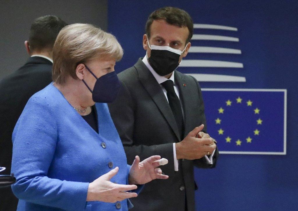 La chancelière allemande Angela Merkel et le président français Emmanuel Macron arrivent pour un sommet de l'UE à Bruxelles, le 24 mai 2021.