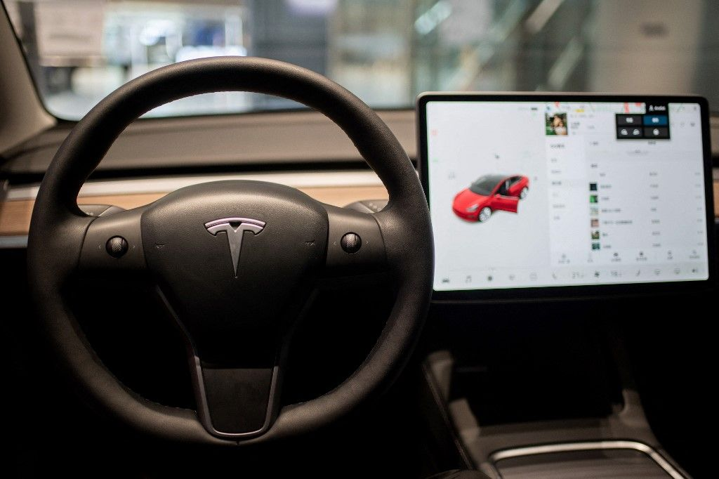 L'intérieur d'une voiture Tesla Model 3 est vu dans une boutique Tesla à l'intérieur d'un centre commercial à Pékin le 26 mai 2021.