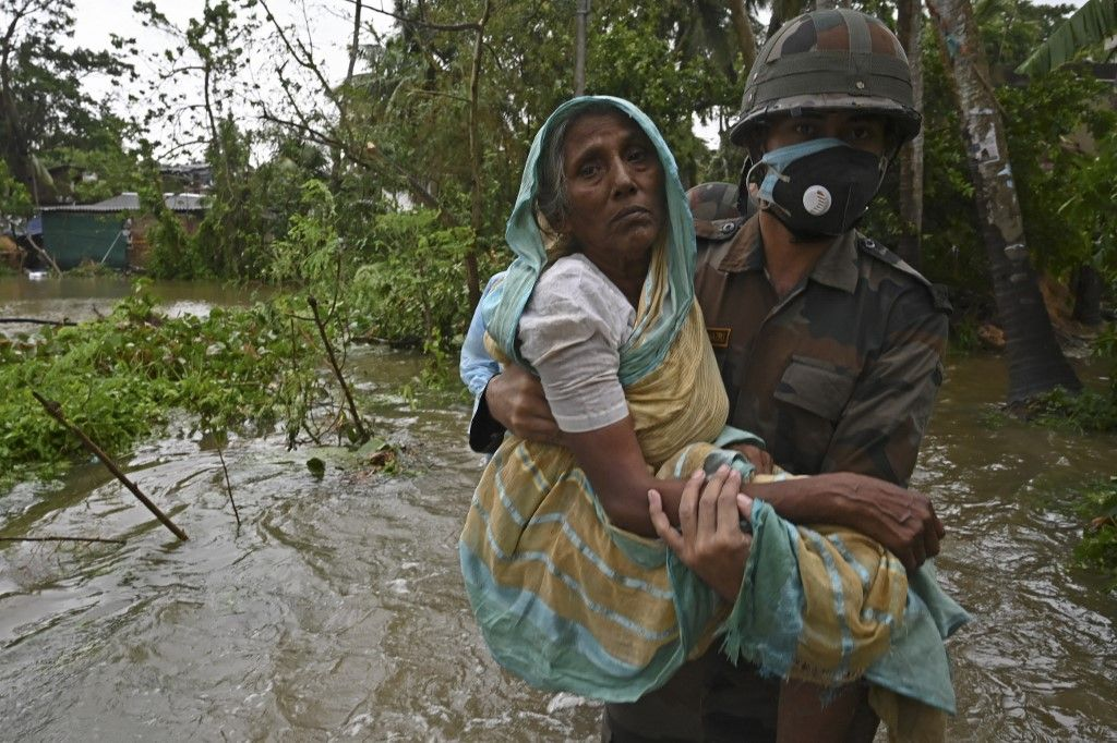 Des membres de l'armée indienne viennent en aide à des personnes concernées par l'arrivée du cyclone Yaas en Inde.
