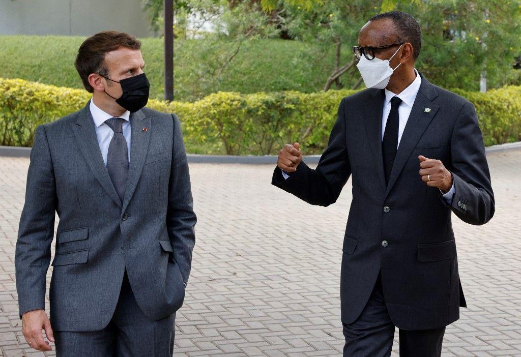 Le président français Emmanuel Macron et le président rwandais Paul Kagame dans le parc du palais présidentiel à Kigali le 27 mai 2021, après leur conférence de presse.