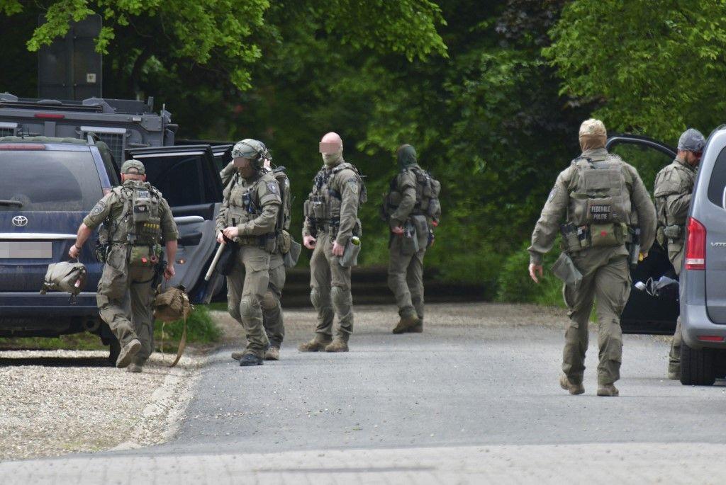 Des soldats belges se préparent dans le Nationaal Park Hoge Kempen à Dilsen-Stokkem le 27 mai 2021, alors que les rechercher se poursuivaient pour retrouver un soldat professionnel lourdement armé, Jürgen Conings.