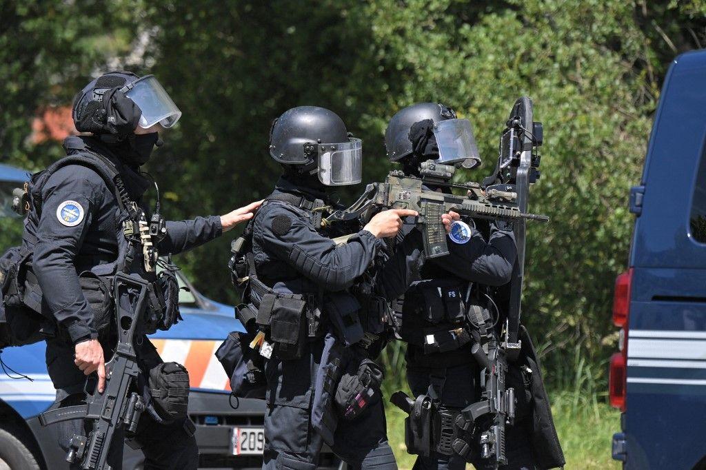 Des membres du GIGN en intervention à La Chapelle-sur-Erdre après l'agression au couteau d'une policière municipale le 28 mai 2021.
