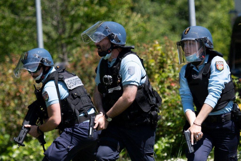Des gendarmes à la recherche du suspect de l'attaque au couteau ayant gravement blessé une policière à La Chapelle-sur-Erdre, près de Nantes, le 28 mai 2021.