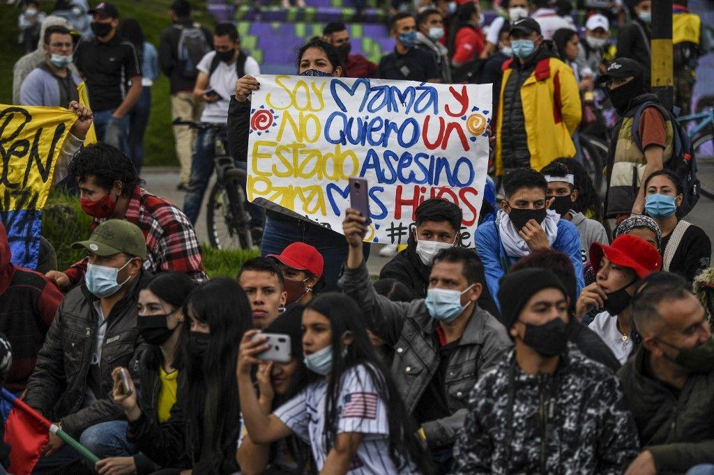 Des manifestants lors d'une nouvelle mobilisation contre le gouvernement du président colombien Ivan Duque, à Bogota, le 28 mai 2021.