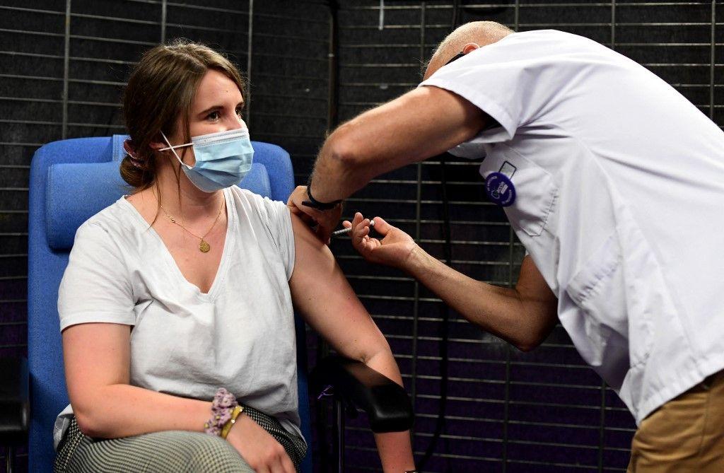 Une femme reçoit une dose du vaccin Pfizer-BioNTech contre la Covid-19 dans un centre de vaccination, à Garlan, dans l'ouest de la France, le 31 mai 2021.